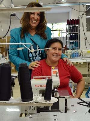 Rosana e a primeira costureira da empresa, que ainda trabalha no local (Foto: Samantha Silva / G1)