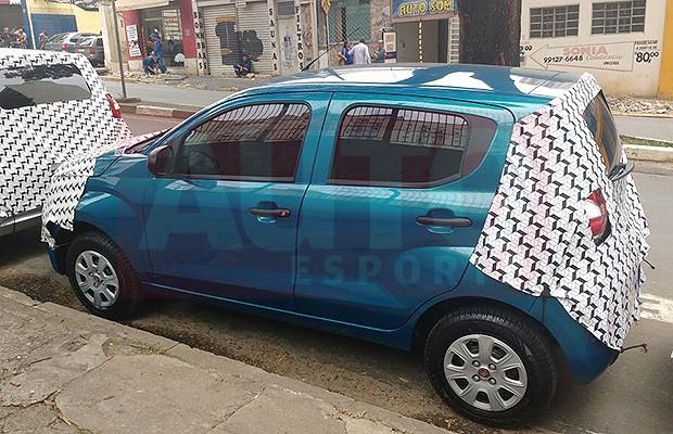 Com pouca camuflagem, Fiat Mobi é avaliado por concessionários (Foto: Tereza Consiglio/Autoesporte)
