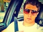 De óculos escuros, Enzo Celulari faz selfie no carro