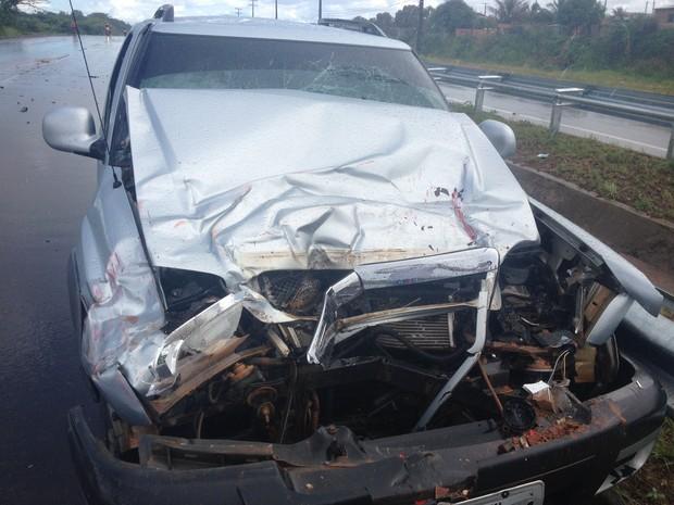 Pick up teve o motor esmagado com a abatida (Foto: Marcelo Marques G1 RR)