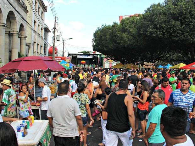 Rua 10 de Julho ficou lotada de foliões (Foto: Adneison Severiano/G1 AM)