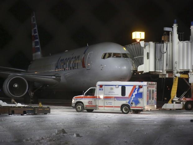 Avião da American Airlines após fazer o pouso de emergência no Canadá (Foto: Paul Daly/The Canadian Press via AP)