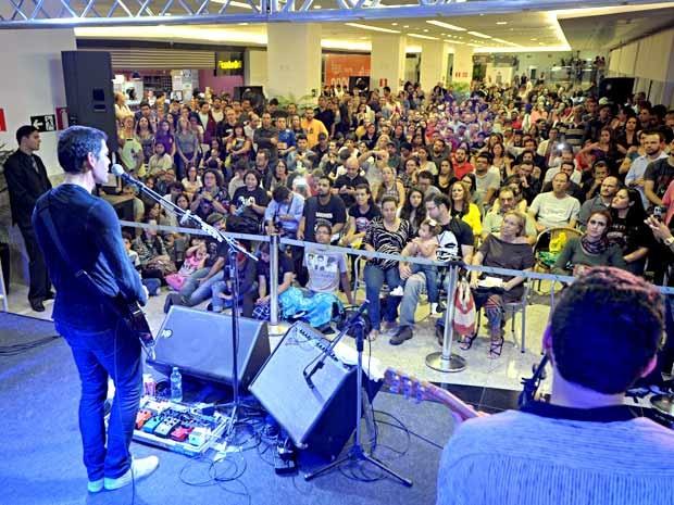 """O músico Dado Villa-Lobos canta durante lançamento do livro """"Memórias de um legionário"""" em Brasília (Foto: André Zímmerer/Divulgação)"""