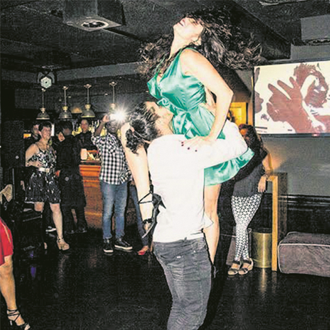 Cláudia Mauro e o bailarino José Leandro no evento de dança de que eles participam na boate Flashback (Foto: Arquivo pessoal)