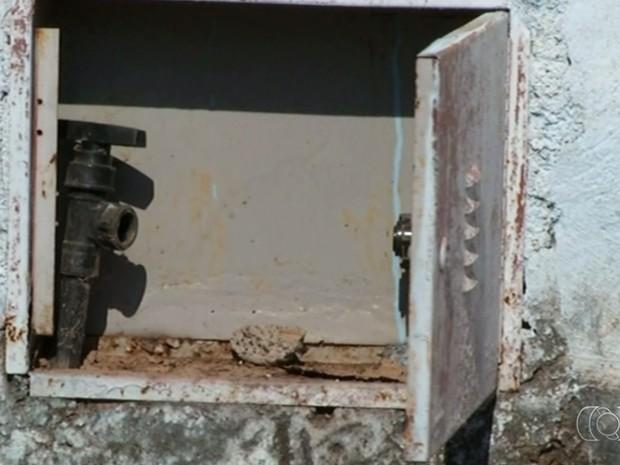 Polícia já identificou cinco ligações clandestinas de água e vai indiciar responsáveis por furto, em Luziânia, Goiás (Foto: Reprodução/TV Anhanguera)