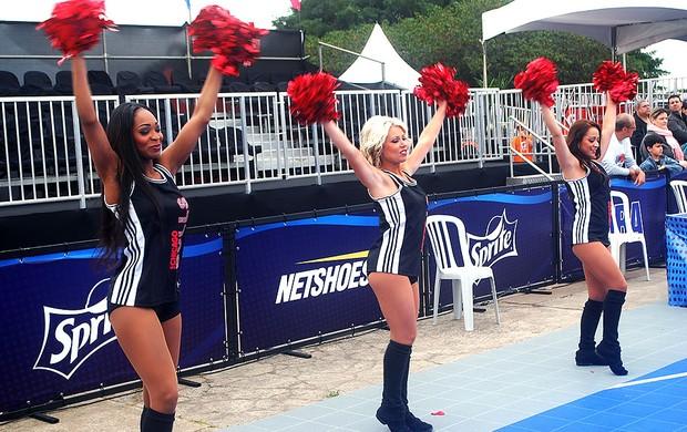 Anderson Varejão basquete oficina NBA3x dançarinas (Foto: Marcos Guerra)
