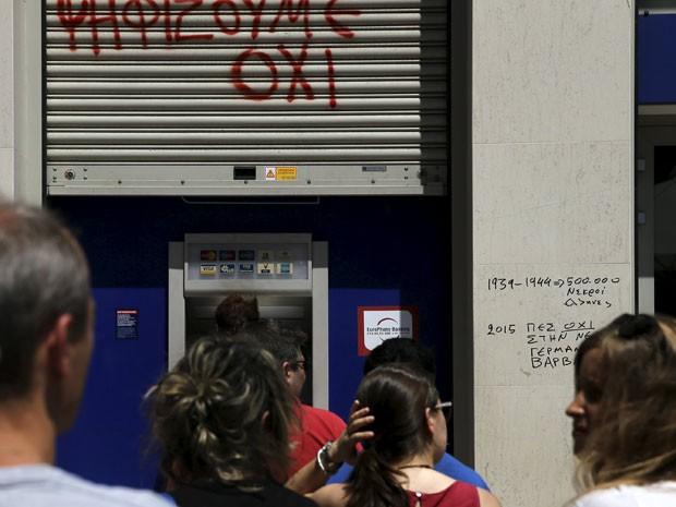 Pessoas fazem fila em frente a caixa eletrônico do Eurobank, em Atenas, nesta quarta-feira  (Foto: Reuters)