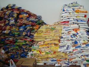 Ingressos foram trocados por alimentos não perecíveis. (Foto: Laura Camargo / TV TEM)