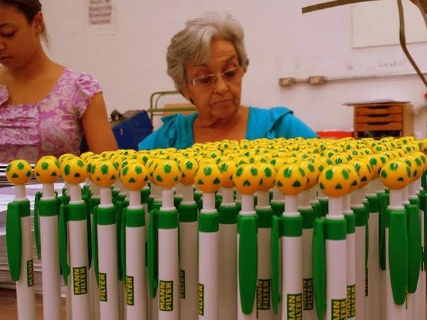 Canetas batizadas de 'Brasileirinha'  para a Copa do Mundo (Foto: Luciano Calafiori/G1)