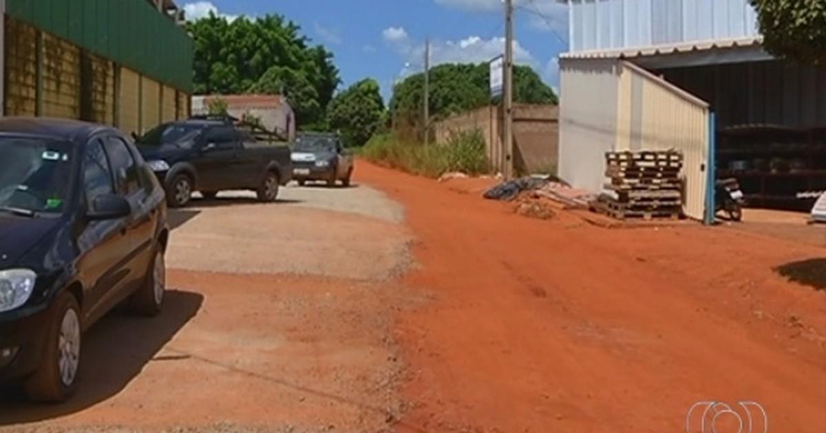 Cansados de esperar por asfalto, moradores concretam ruas em GO - Globo.com