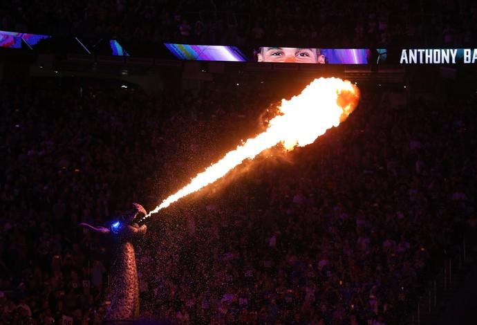 Dragão dos Vikings solta fogo antes do início do jogo contra os Giants (Foto: Adam Bettcher/Getty Images)