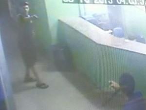 Vídeo mostra jovem que apontou arma para guarda em centro de saúde, em GoIânia, Goiás (Foto: Reprodução/TV Anhanguera)