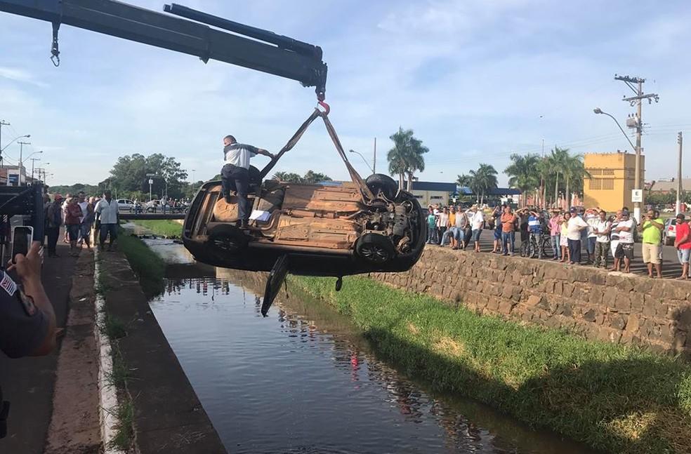 Veículo foi retirado com um guindaste de rio em Lins (Foto: J. Serafim Show/Divulgação)