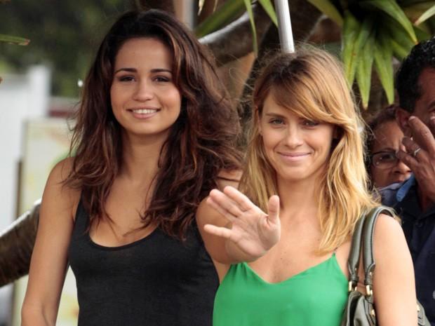 Simpáticas, Nanda e Carolina mandam um tchauzinho durante as gavações (Foto: Salve Jorge/TV Globo)