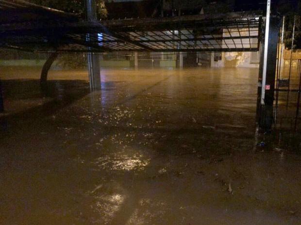 A água tomou ruas na capital gaúcha durante o temporal (Foto: Guilherme dos Santos/Arquivo Pessoal)