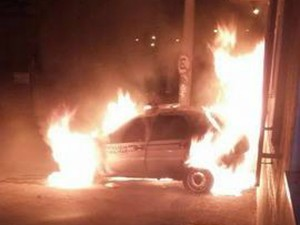 Viatura em chamas em Juiz de Fora (Foto: Polícia Militar/Divulgação)