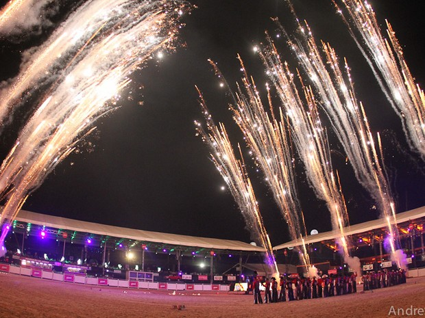 Queima de fogos tradicionalmente marca a abertura do Rodeio de Jaguariúna. (Foto: André Silva)