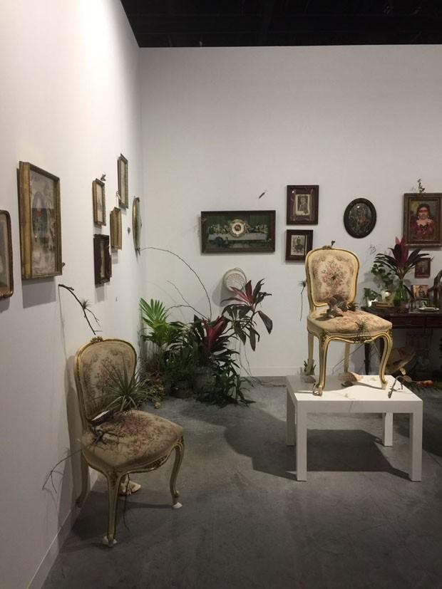 Mais um brasileiro fazendo bonito: Rodrigo Bueno, na galeria Marília Razuk, faz uma busca pelo passado das americas impregnando elementos vintage com natureza e ancestralidade (Foto: Taissa Buescu)
