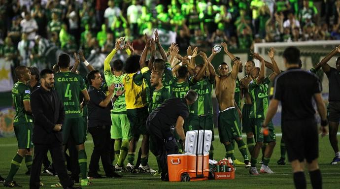 Chapecoense comemoração contra San Lorenzo (Foto: Márcio Cunha/EFE)