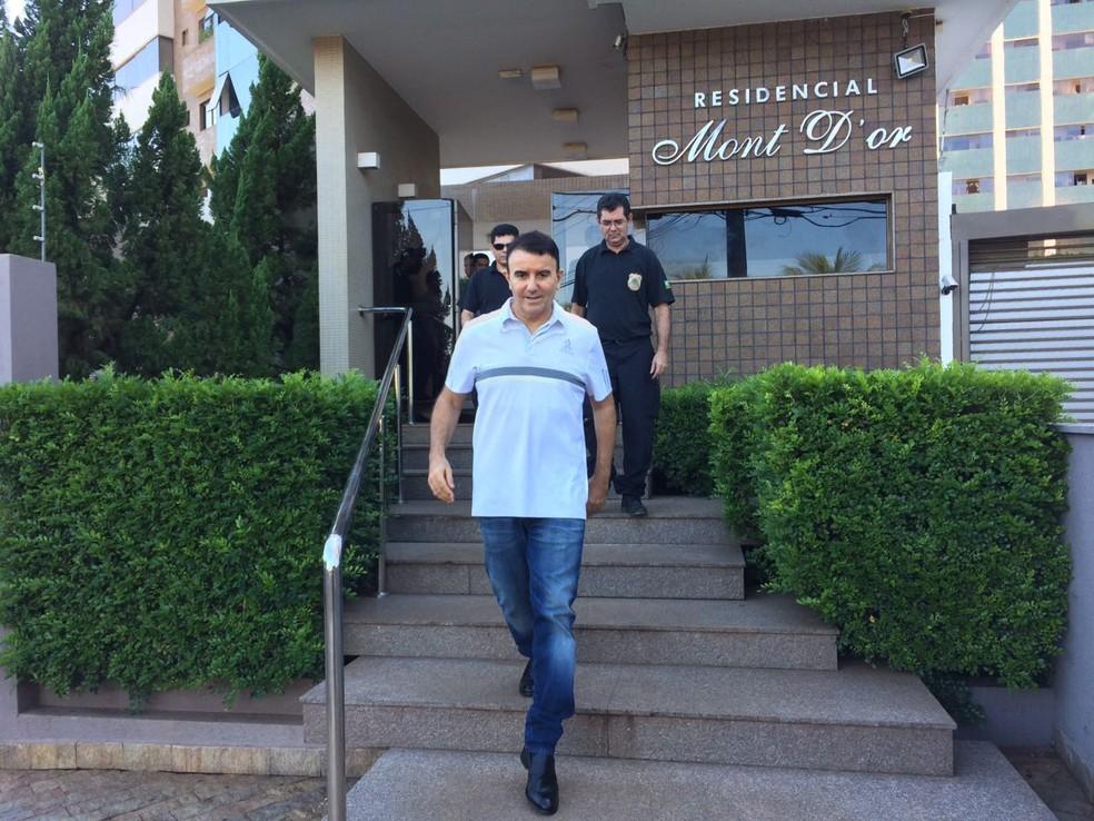 Eduardo Siqueira Campos é levado pela Polícia Federal (Foto: Cassiano Rolim/TV Anhanguera)