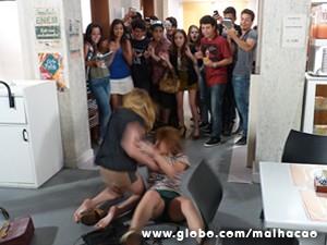 A galera toda escola filma o barraco de Anita e Sofia (Foto: Malhação / TV Globo)
