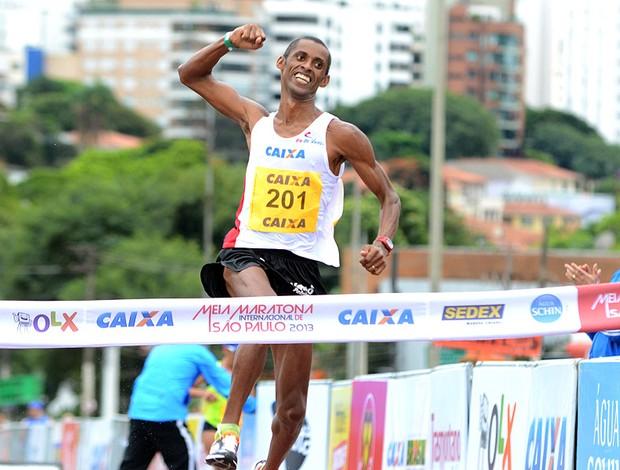 Giovani dos Santos vence Meia Maratona de São Paulo (Foto: Alan Morici / Ag. Estado)