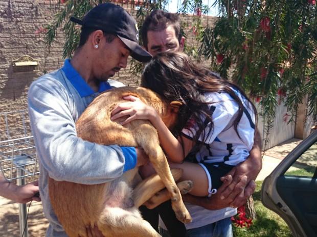 Irmão e pai da menina ficam emocionados com o reencontro (Foto: Gláucia Souza / G1)