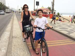 Chris Carvalho leva o filho para escola de bicicleta no Rio (Foto: Matheus Rodrigues/ G1)