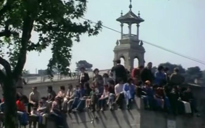 Espectadores acompanham o GP da Espanha, em outro ponto do circuito de Montjuic, momentos antes do acidente (Foto: Reprodução / YouTube)