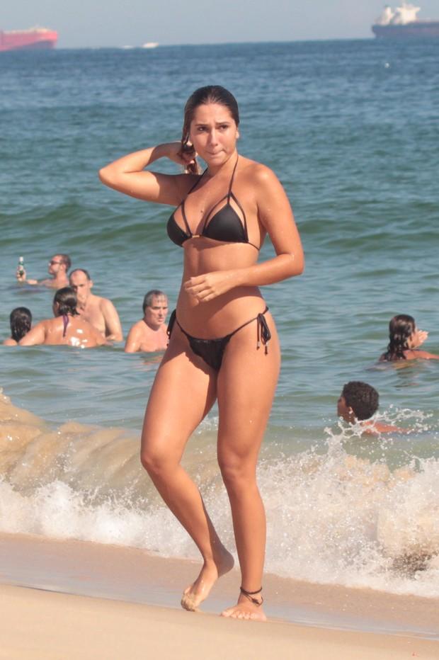 Carol Portaluppi na praia da Barra da Tijuca, RJ (Foto: Agnews)