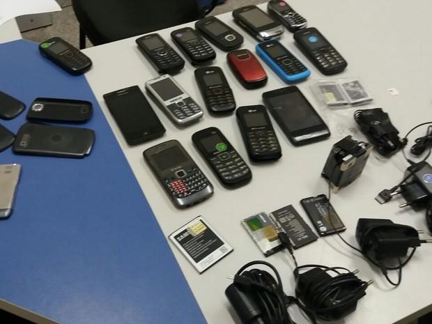 Aparelhos encontrados com detentos não tinham nota fiscal de compra (Foto: Divulgação / Polícia Militar)