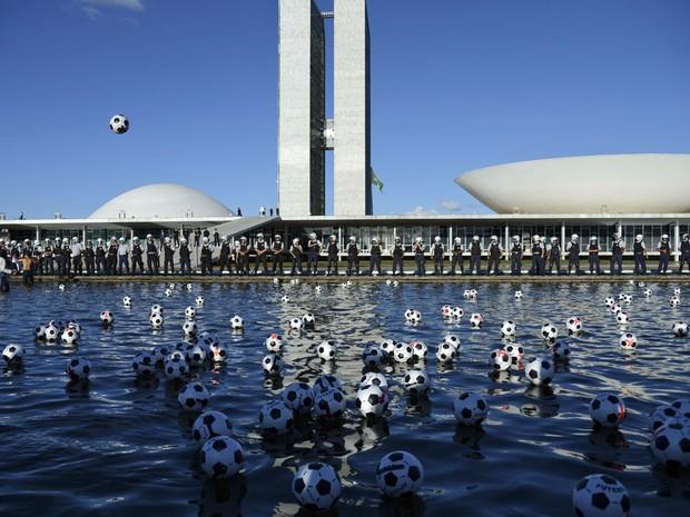 Manifestantes chutam as bolas que estavam colocadas em frente ao Congresso (Foto: Fabio Rodrigues Pozzebom/ABr)