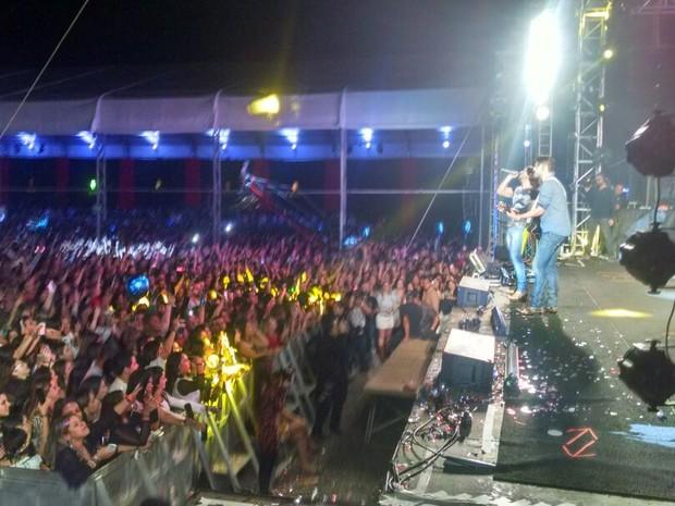 Munhoz e Mariano cantam no palco do Festeja Sorocaba (Foto: Natália de Oliveira/G1)