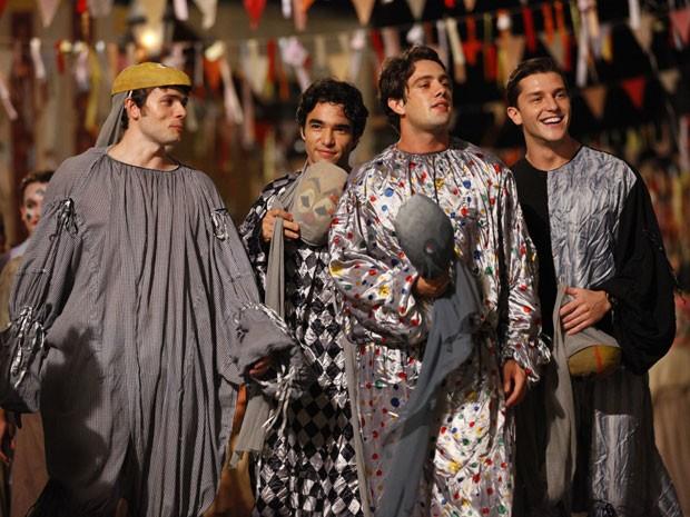 Rapazes no carnaval (Foto: Lado a Lado/TV Globo)