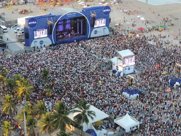 Multidão acompanhou a apresentação, no final da tarde deste domingo (26), na Praia de Boa Viagem. (Foto: Katherine Coutinho / G1)