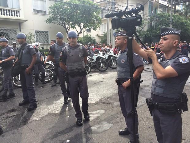 Policiais gravam protesto de alunos em escola ocupada (Foto: Will Soares/ G1)