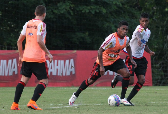 Almir faz primeiro treino com bola, e Luxa não esboça time para domingo