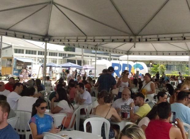 Durante toda a tarde, a galera aproveitou para saborear o melhor da culinária (Foto: Tk Santos/ RPC)