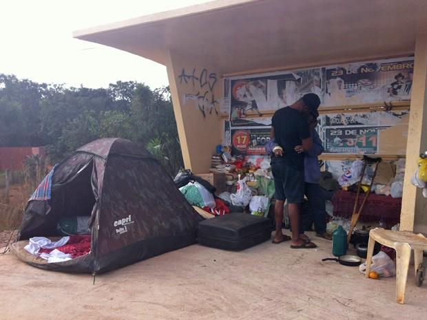 Ex-presidiário e faxineira se abraçam em ponto de ônibus da DF-140, que virou abrigo após união (Foto: Raquel Morais/G1)
