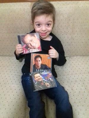 Felipe tem uma coleção com cerca de 30 CD's do cantor Leonardo. (Foto: Jaqueline Marcondes/Arquivo Pessoal)