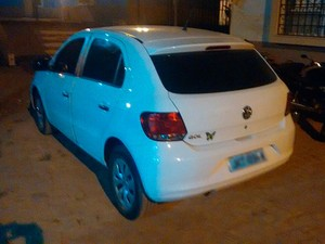 Carro em que suspeito foi flagrado com mulher amarrada tem restrição de roubo (Foto: Jadiel Luiz/Blog do Sigi Vilares)