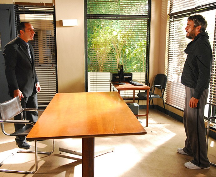 O reencontro entre Raul e Ramiro não foi nada amigável! (Foto: TV Globo / Renato Rocha Miranda)