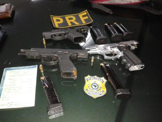 Armas apreendidas na BR 101 pela PRF do RN (Foto: Divulgação/PRF)