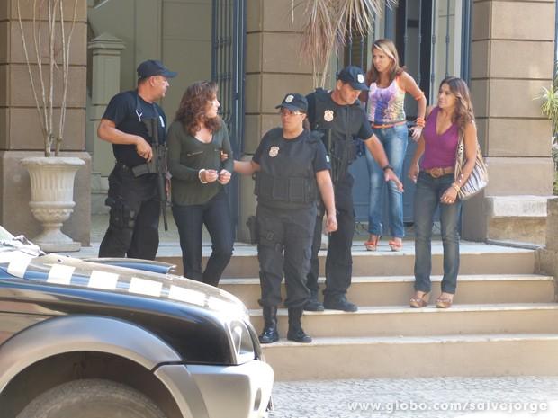 Lucimar não segura a lígue e grita o que pensa sobre Wanda (Foto: Salve Jorge/TV Globo)