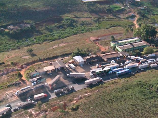 Caminhoneiros fecharam trecho da BR-381, em Minas Gerais (Foto: Reprodução/TV Globo)