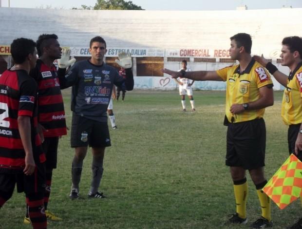 Partida entre Baraúnas e Campinense teve cinco expulsões (Foto: Bruno Araújo/GLOBOESPORTE.COM)