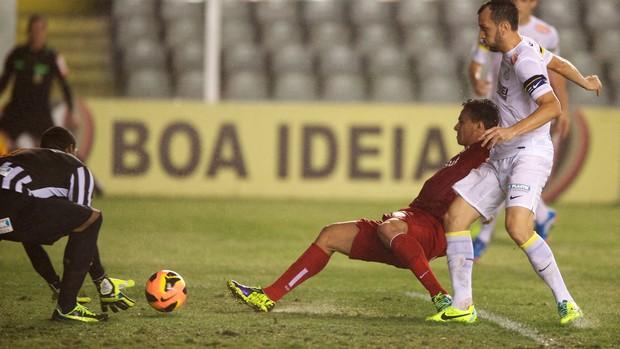 Leandro Damião desperdiça chance contra o Santos (Foto: Alexandre Lops / Inter, DVG)