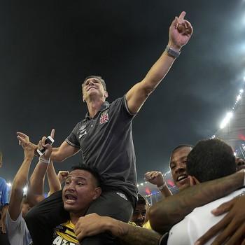 Jorginho comemora nos braçcos do povo (Foto: Alexandre Loureiro/Inovafoto/Agência Estado)