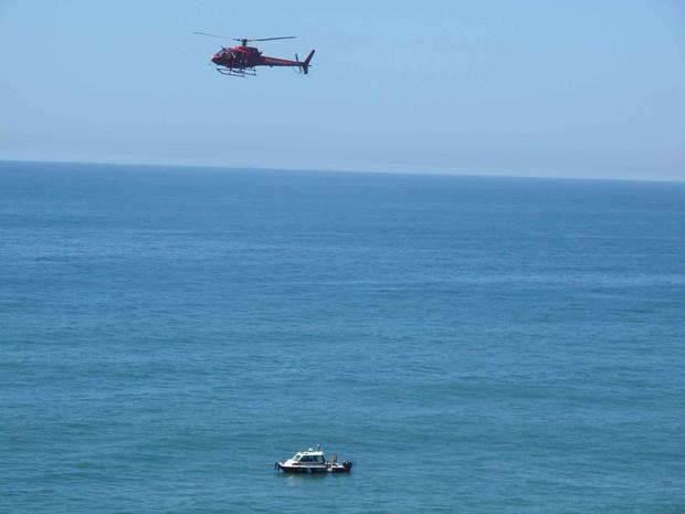 Bombeiros fazem busca por colega levado por ondas em praia (Foto: Gabriel Barreira / G1)