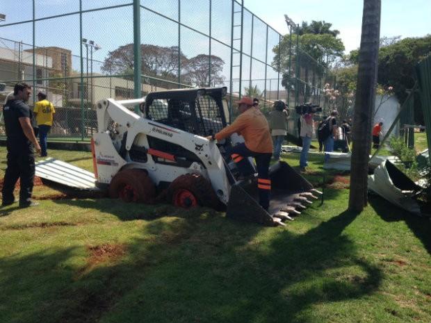 Lote que ocupava terreno público possui campo de futebol e teve piscina interdidata (Foto: Gabriel Luiz/G1)
